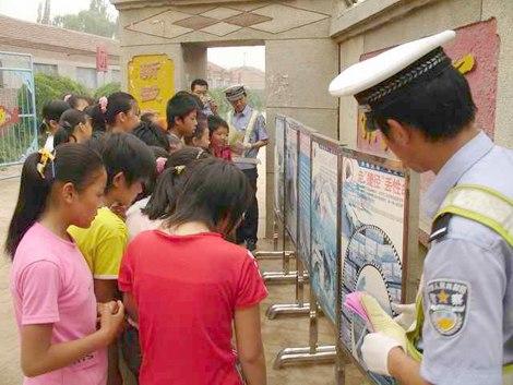 学校安全展板;; 接送学生亲属的交通安全宣传教育活