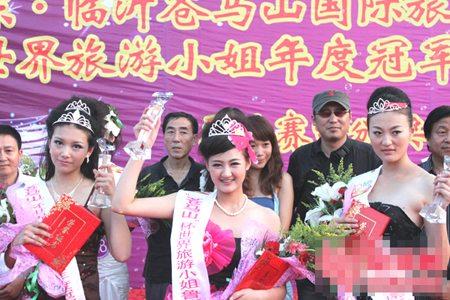 (左)亚军何雪莹,(中)冠军鞠宗霞