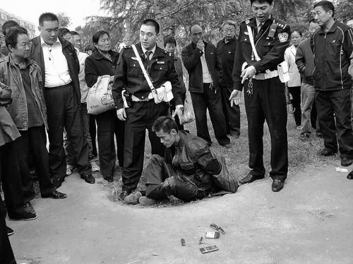 男子停车后,倪建华发现该摩托车没有车牌,车上没有钥匙,怀疑属于违法