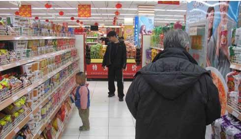 图为市民在超市内选购方便面