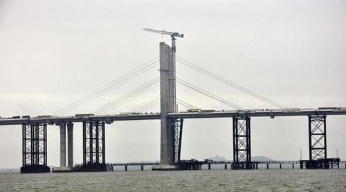 青岛海湾大桥是国道主干线青岛至兰州高速公路的