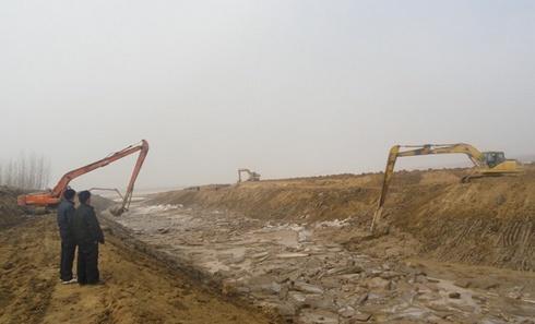 6台长臂挖掘机连续作业疏通引黄渠