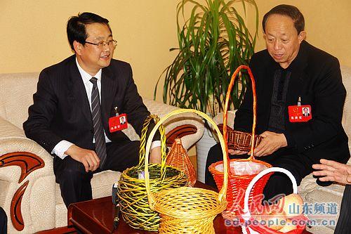 山东/烟台苹果临沂柳编喜相逢代表兴致勃勃话特产2011年02月14日15:...