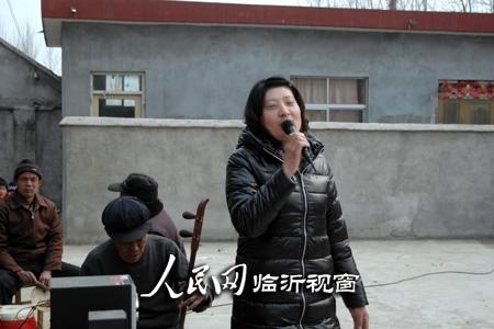 娥在演唱歌曲《妈妈的吻》-山东费县 农民自编自演节目闹元宵