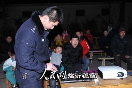 河东交警:交通安全宣传教育电影下农村--山东频