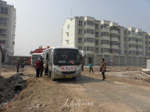 金乡县城乡公交车驶进农村社区