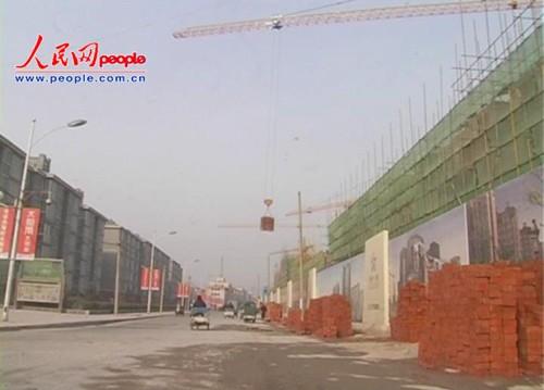 施工现场塔吊横街作业